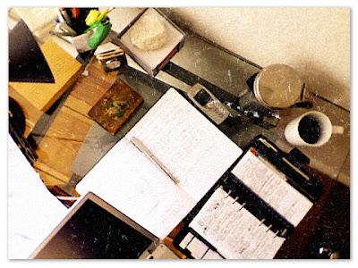 Draufsicht Schreibtisch mit Computer, Notizbuch, Kalender und Co.