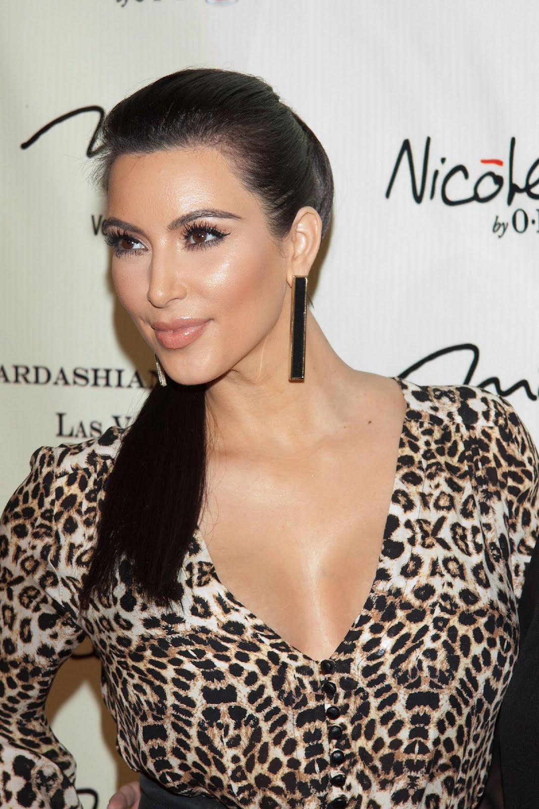 http://3.bp.blogspot.com/-sk0gzGmhKYA/TxyTiE1cHbI/AAAAAAAAH_A/g-WSav3gVBk/s1600/sploogeblog_kim_kardashian_busty_cleavage_leopardprint_minidress_01.jpg