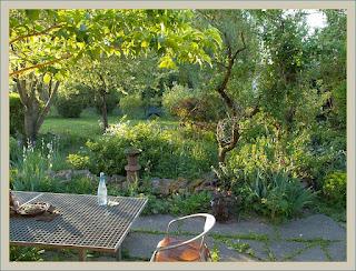Garten mit Vogeltränke