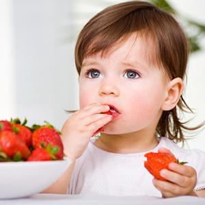 little-girl-eating-strawberries- كيف ابدأ فى إطعام طفلي