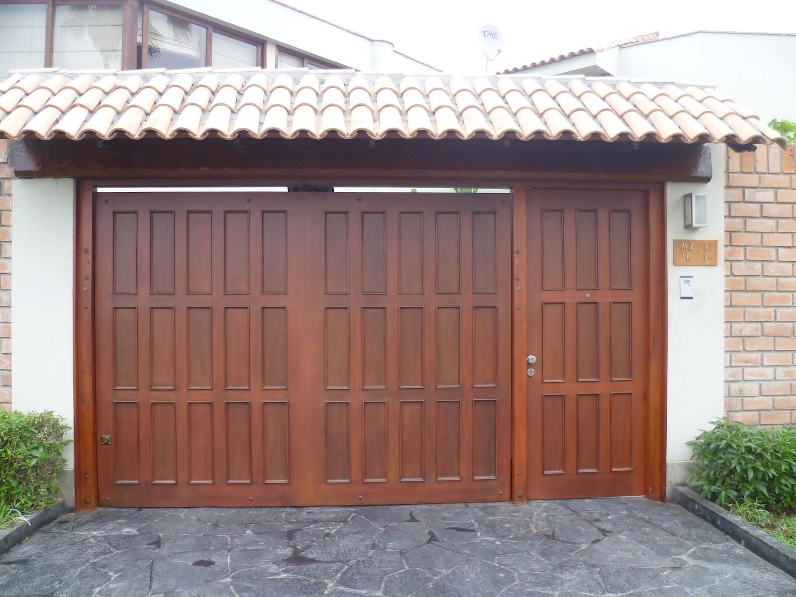 Puerta principal y garaje en madera caoba ingenio for Puertas de garaje de madera