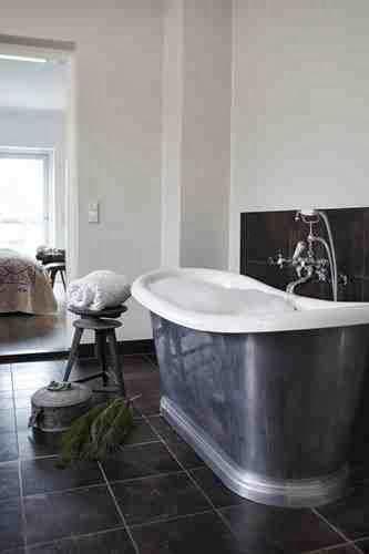Surowa łazienka i świąteczna gałązka