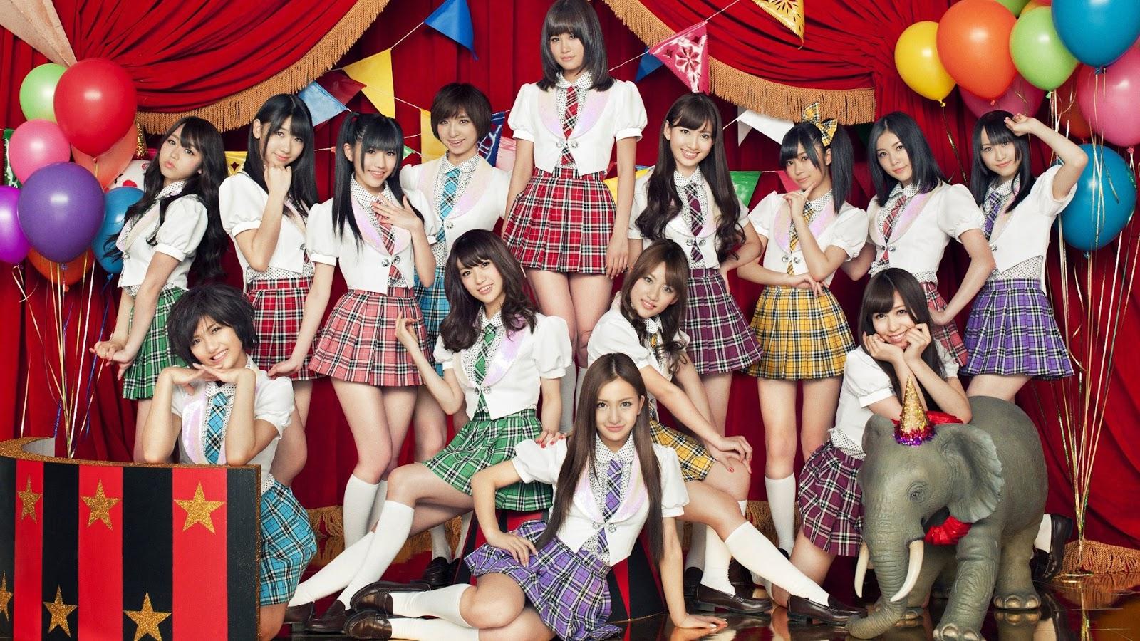 一人一人それぞれのカラーの制服を着たAKB48