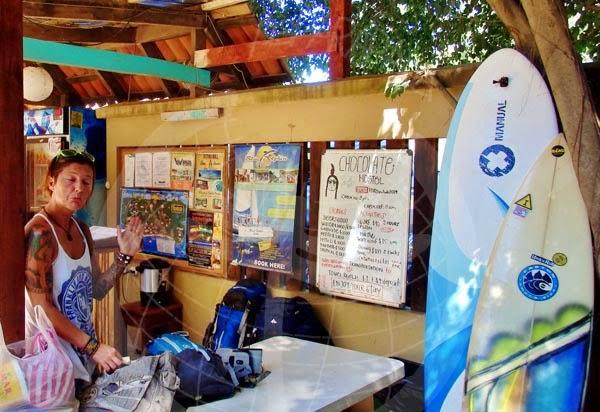María en recepción del Chocolate Hotel, Tamarindo