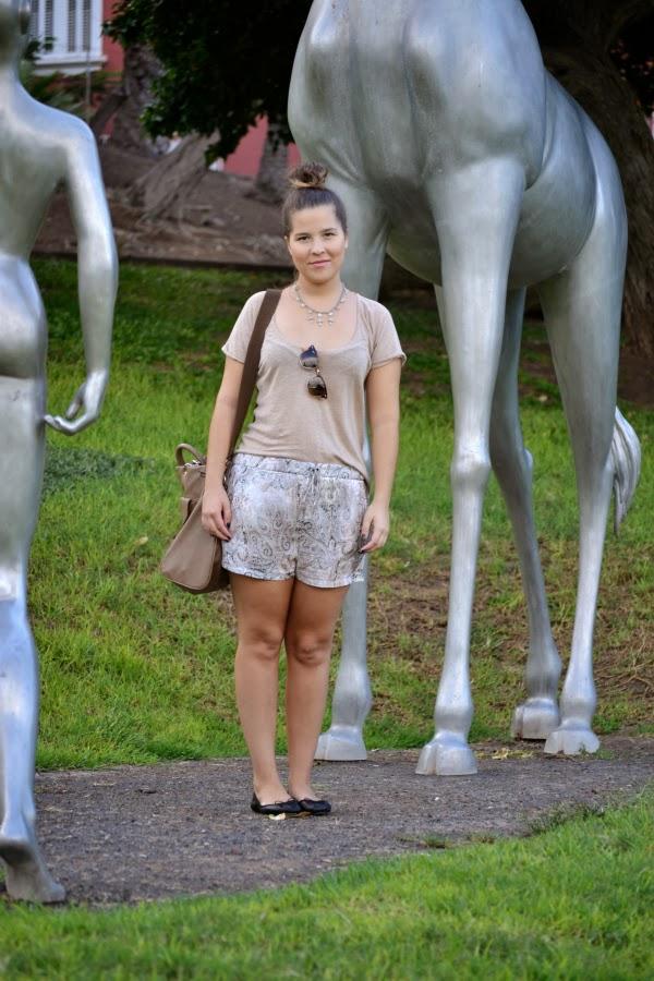 look_outfit_tonos_tierra_short_estampado_pañuelo_bailarinas_piel_Zara_nudelolablog_03