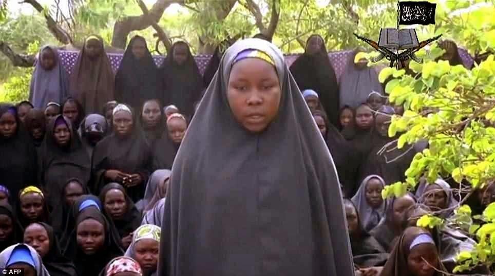 Moças cristãs sequestradas exibidas pelos fiéis seguidores do Alcorão