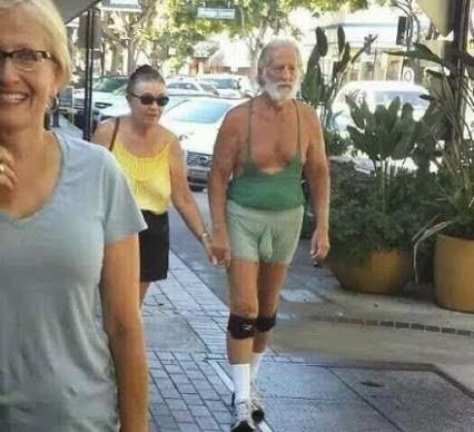 anciano se pasea marcando paquete.