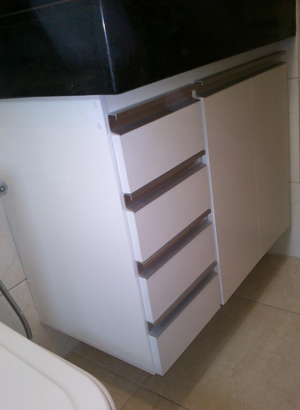 : Armário de Banheiro (Padrão Branco) Puxadores em Perfil de  #5C4F42 1173x1600 Armario Banheiro De Aluminio