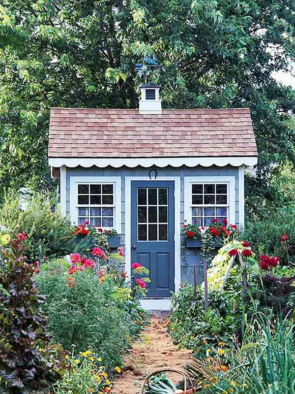 cabaña rodeada de jardines caseros