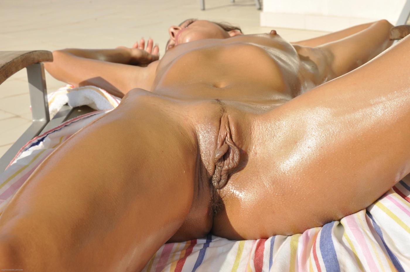 С раздвинутыми губками, Потрясающая девчонка раздвигает половые губки 3 фотография