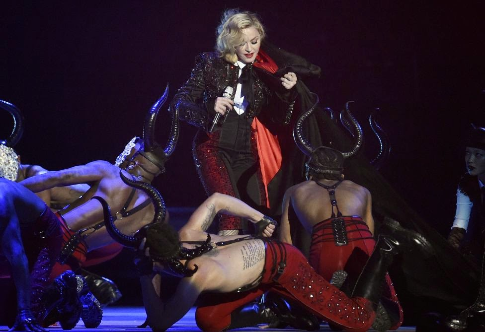 Madonna, Brit Awards 2015, zene, Madonna falls on stage, Madonna fall brit Awards, Living For Love