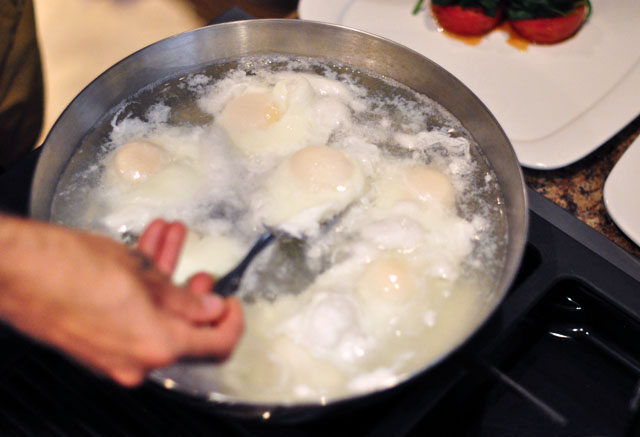 cooking poached eggs