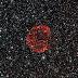 Una meravigliosa perla rossa cosmica osservata da Hubble