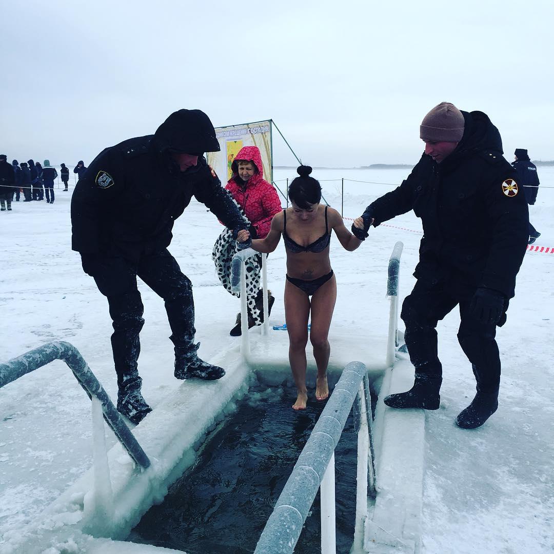 Девушки купаются в проруби на крещение (16 фото)
