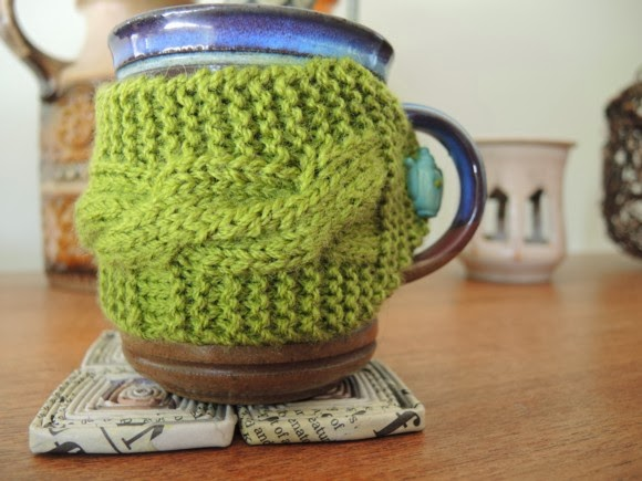 katiecrackernuts.blogspot.com || cable knit mug warmer