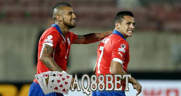 "Liputan Bola - Tuan rumah dalam ajang Copa America 2015, Chile memetik kemenangan atas Ekuador pada laga pembuka Copa America 2015. ""La Roja"" menang 2-0 berkat gol yang dicetak Arturo Vidal dan Eduardo Vargas."