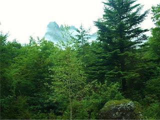 雲の間の岩山