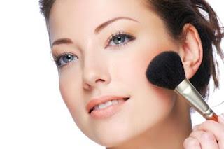 Berdandan dalam arti yang sebenarnya adalah ber-make up dengan ...