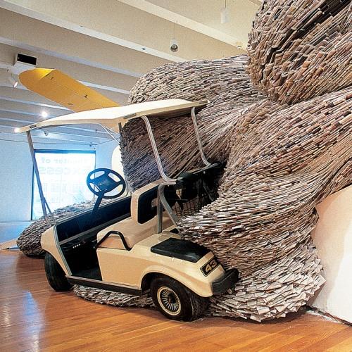 david mach instalação revista mar engolindo carros