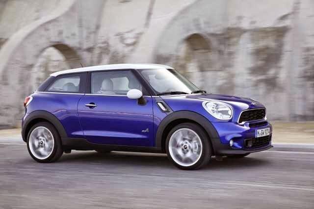 Mobil MINI Cooper warna biru