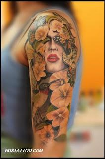 tatuagens femininas na parte externa do braço desenho flores e mulher