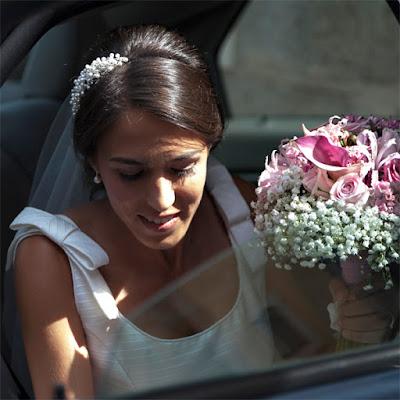 La novia llega a la ceremonia. Luce impecable con el vestido de novia, el tocado de perlas by @nilataranco y el ramo de rosas y paniculata
