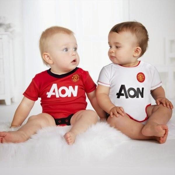 Gambar bayi lucu pakai kostum sepak bola manchester united merah dan putih