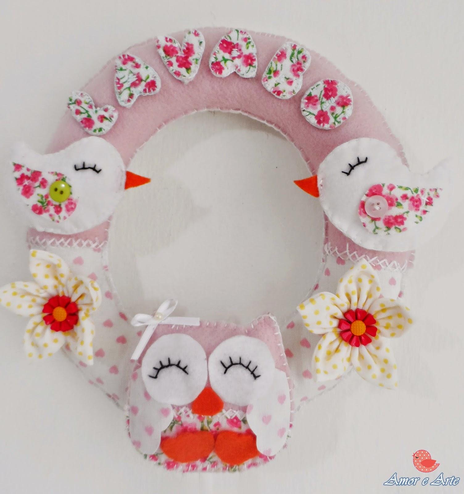 Enfeite de Porta para Lavabo em feltro e tecido com detalhes de corujas,  passarinhos e flores de fuxico