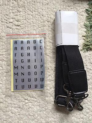 付属品のアルファベットシールと肩がけ紐