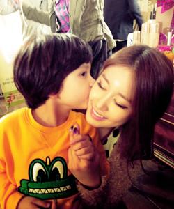 Park Jiyeon Kissing Pic