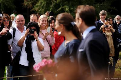 victoria och daniel i göteborg, kronprinsparet, kronprinsessan, prinsessan, prins, victora, daniel westling, crown princess of sweden, kungligt besök, botaniska trädgården, 2011, paparazzi, fotografer, beundrare, folkmassa, foto anders n