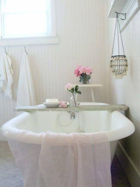 la baera antigua es un must si quieres darle al bao ese aire en la otra imagen observa el uso de muebles vintage pero pintados de color blanco para