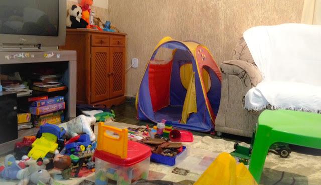 Imagem da sala bagunçada de brinquedos
