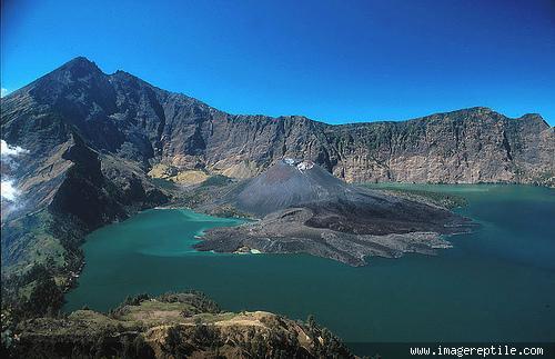 dari keindahan alam pegunungan,laut,danau,air terjun,dll indonesia