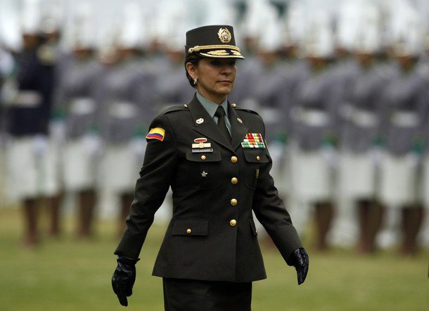 mujer policia en colombia:
