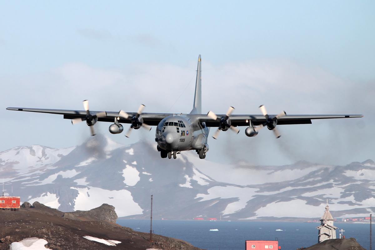 C-130 Hércules de la Fuerza Aérea Colombiana, en su aproximación final al aeródromo Teniente Marsch, ubicado en la Isla Rey Jorge, Antártida.