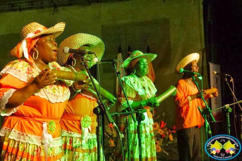Grupo folclórico en el 9o Encuentro