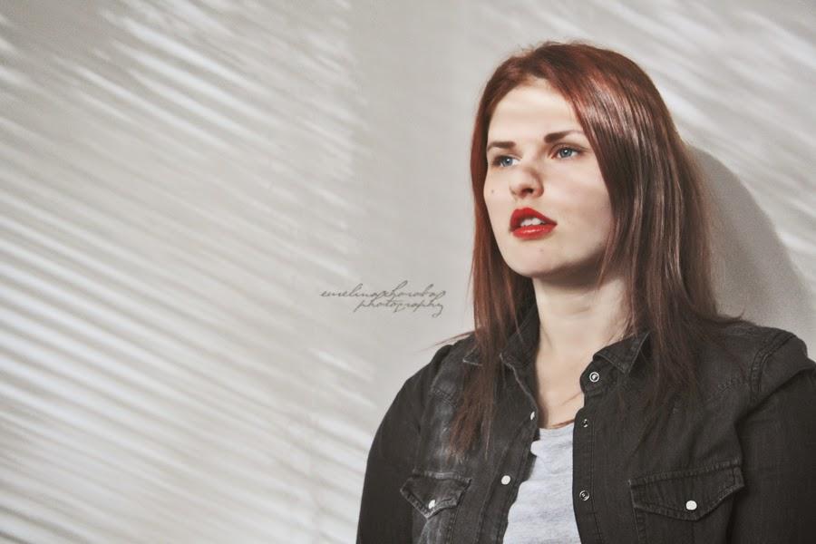 kobieta, uśmiech kobiety, czerwone usta, red lips, portret, cienie,