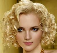 Model rambut keriting pendek