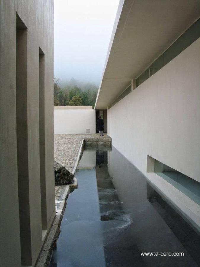Espejo de agua en un sector junto a un ala de la residencia