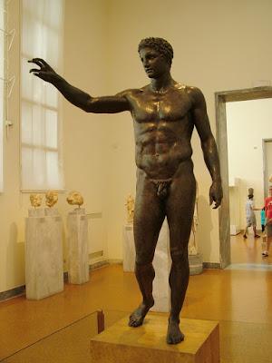 Λιωμένο μολύβι και μέταλλο στα σπλάχνα του αγάλματος