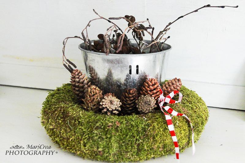 secchiello di zinco,corona di muschio,rami e pigne per Natale