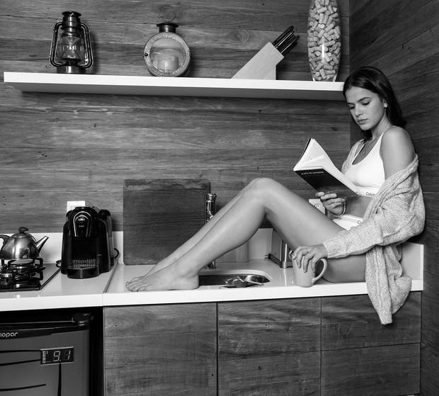 Bruna Marquezine arrasa com as pernas de fora em nova foto de ensaio