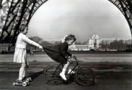 Petites filles jouant sous la Tour Eiffel, par Robert Doisneau