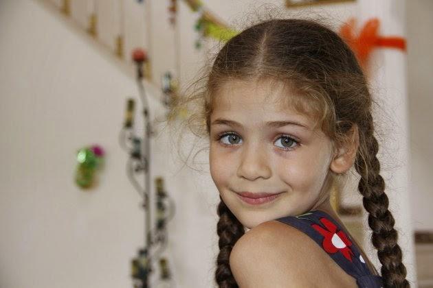 19 Eyl 2014 tarihinde yayınlandı,Annesinin hasretiyle yanıp tutuşan küçücük bir kızın yürek burkan öyküsünün anlatıldığı 'Elif' Kanal 7'de izleyenleriyle buluşmaya devam ediyor. Elif'in gerçek kimliğini bulmaya çalışan Arzu'nun