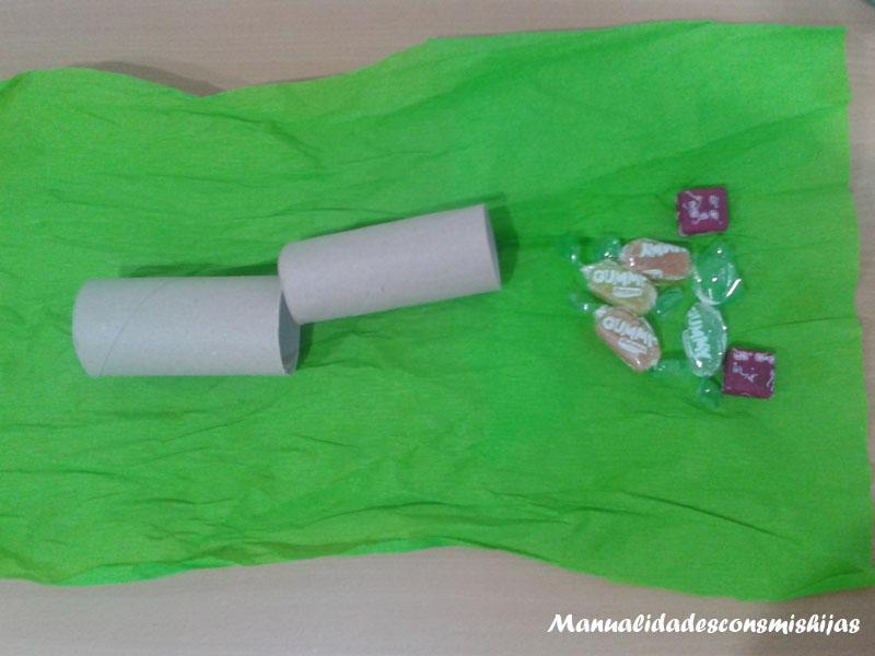 Crackers navideños realizados con tubos de cartón y papel de seda