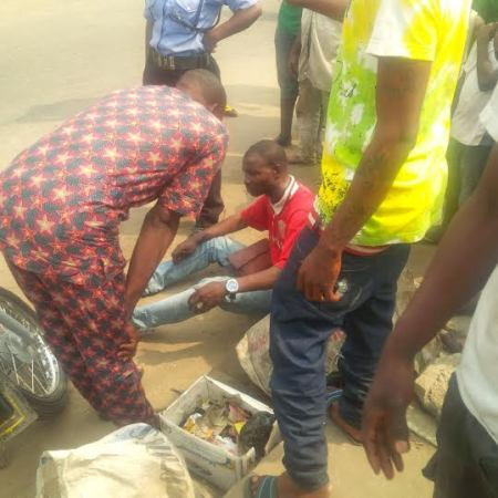 Man catches a guy who duped him two years ago outside a bank in Surulere...and grabs him [ Photos [
