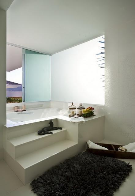Белая ванная комната в красивом белом доме