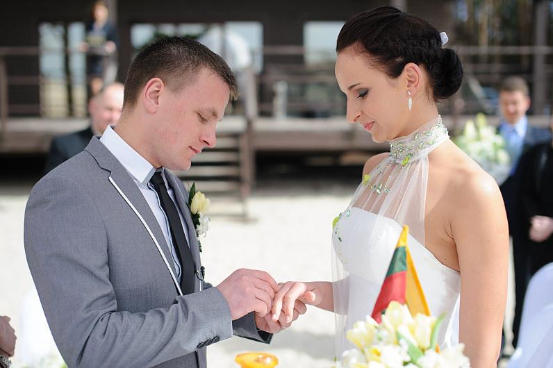 civilinė santuokos ceremonija prie jūros