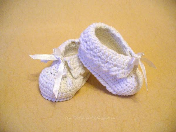 Комплект для новорожденного на выписку, связанный крючком - пинетки